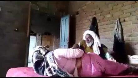 عجوز باكستاني ينيك زوجة ابنه المحجبة